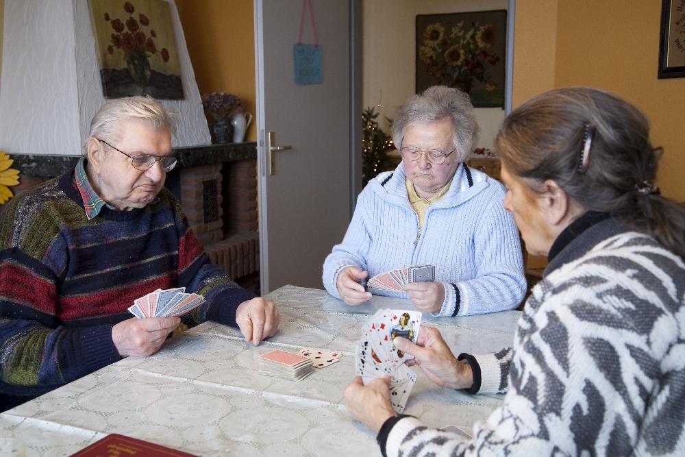 Senioren spielen Karten